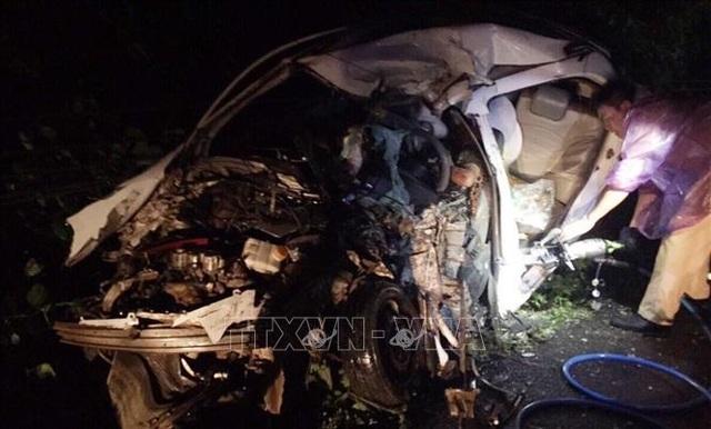 Cưa ô tô đưa thi thể 2 nạn nhân ra ngoài sau vụ tai nạn liên hoàn - 1