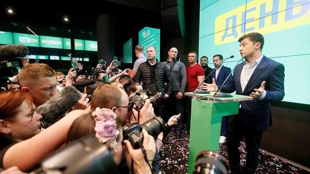 Ông Zelenskiy thề chấm dứt xung đột ở miền đông Ukraine - 1