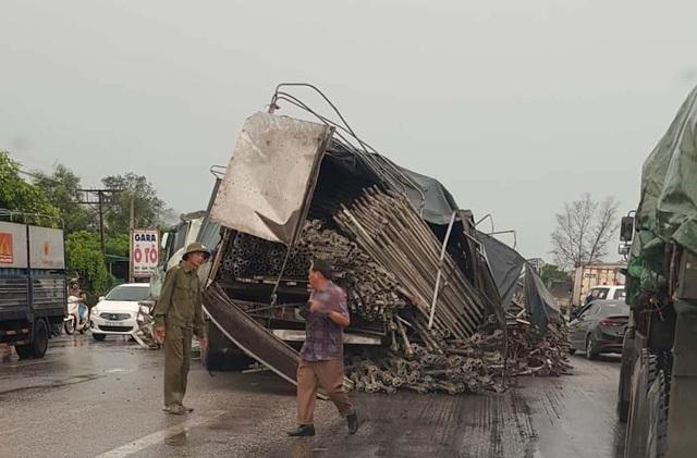 Hai ô tô tông nhau tan nát, 2 người bị thương nguy kịch - 4