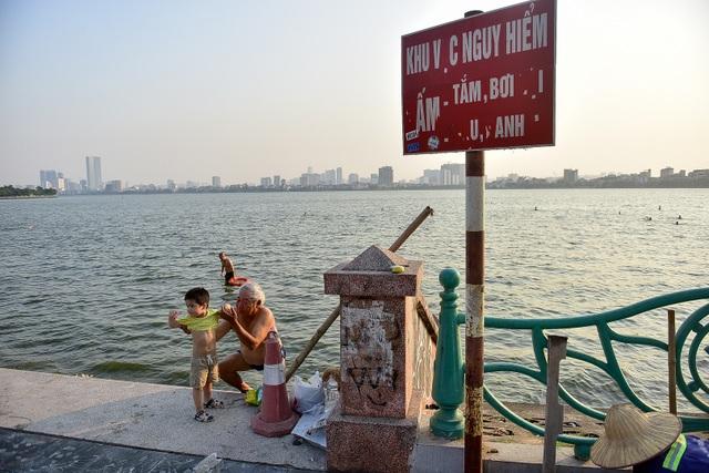 Nắng nóng đầu mùa, người dân Hà Nội đổ xô đi tắm Hồ Tây giải nhiệt  - 7