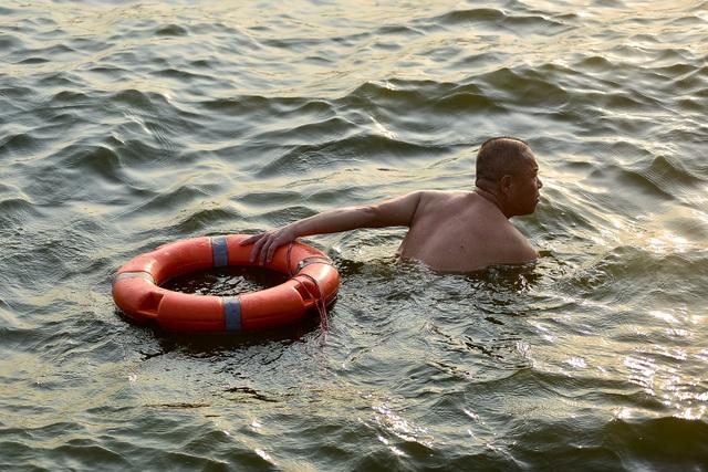 Nắng nóng đầu mùa, người dân Hà Nội đổ xô đi tắm Hồ Tây giải nhiệt  - 3