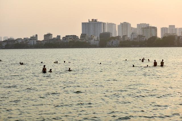 Nắng nóng đầu mùa, người dân Hà Nội đổ xô đi tắm Hồ Tây giải nhiệt  - 2