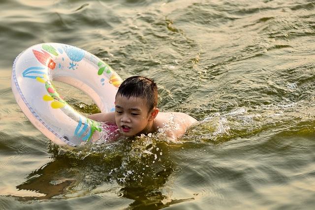 Nắng nóng đầu mùa, người dân Hà Nội đổ xô đi tắm Hồ Tây giải nhiệt  - 6