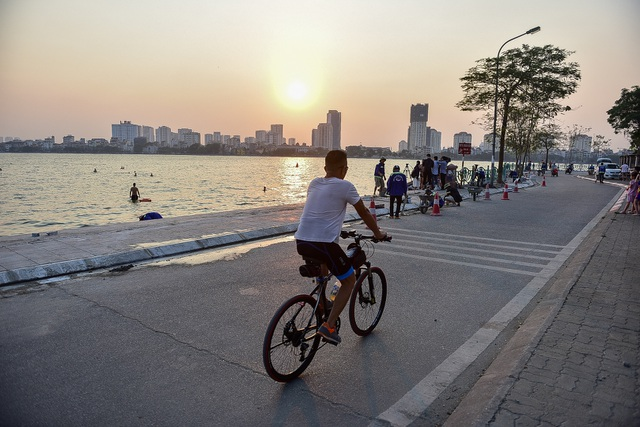 Nắng nóng đầu mùa, người dân Hà Nội đổ xô đi tắm Hồ Tây giải nhiệt  - 1
