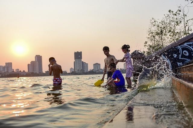 Nắng nóng đầu mùa, người dân Hà Nội đổ xô đi tắm Hồ Tây giải nhiệt  - 8