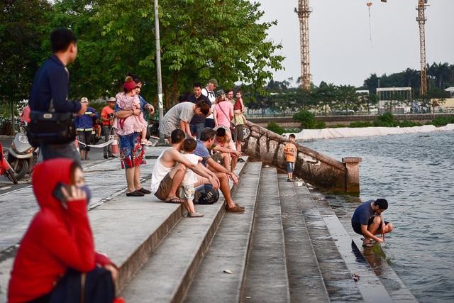 Nắng nóng đầu mùa, người dân Hà Nội đổ xô đi tắm Hồ Tây giải nhiệt  - 14