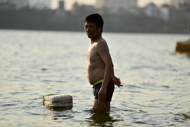 Nắng nóng đầu mùa, người dân Hà Nội đổ xô đi tắm Hồ Tây giải nhiệt  - 10
