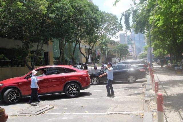 Thu phí ô tô đỗ dưới lòng đường tại TPHCM: Thu không đủ bù chi? - 1