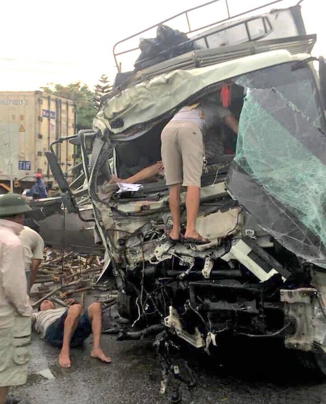 Hai ô tô tông nhau tan nát, 2 người bị thương nguy kịch - 5