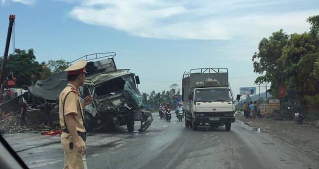 Hai ô tô tông nhau tan nát, 2 người bị thương nguy kịch - 6