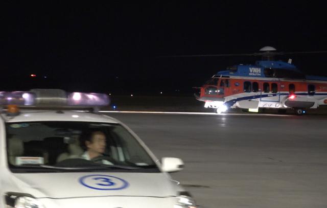 Trực thăng vượt màn đêm đưa bệnh nhân từ biển vào đất liền - 1