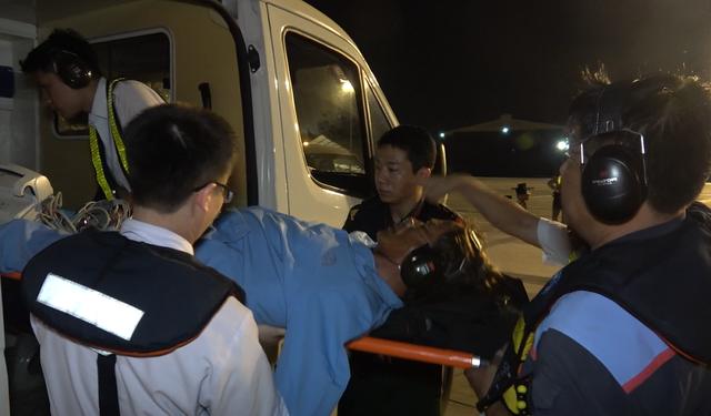 Trực thăng vượt màn đêm đưa bệnh nhân từ biển vào đất liền - 2