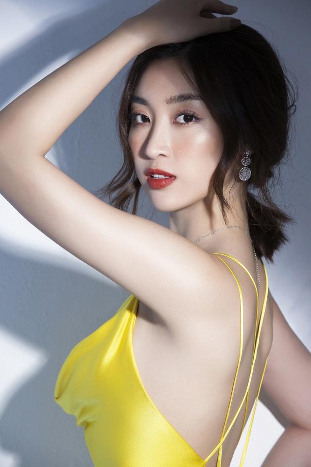 """Vẻ quyến rũ của """"Hoa hậu nghèo nhất trong các Hoa hậu"""" khi trở thành MC VTV - 1"""