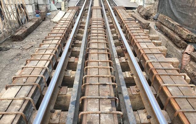 Hà Nội chính thức đục thông vòm cầu đường sắt trăm tuổi chạy qua phố cổ - 2