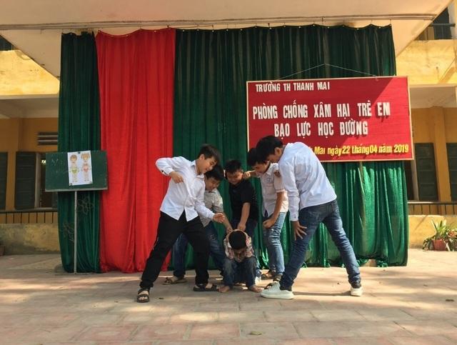 Xem cảnh sát cơ động dạy học sinh tiểu học chiêu tự vệ phòng chống xâm hại  - 1