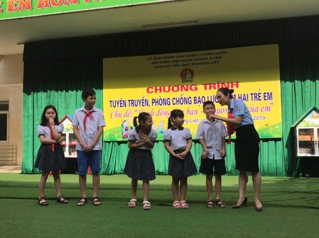 Xem cảnh sát cơ động dạy học sinh tiểu học chiêu tự vệ phòng chống xâm hại  - 3
