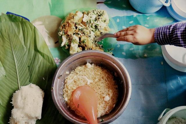 Bữa cơm trưa tiếp sức ước mơ con chữ của trẻ em vùng cao - 1