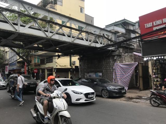 Hà Nội: Mục sở thị việc đục thông vòm cầu đường sắt chạy qua phố cổ - 1