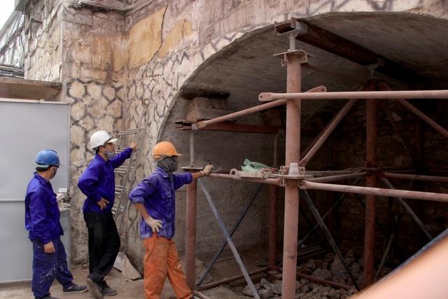 Hà Nội: Mục sở thị việc đục thông vòm cầu đường sắt chạy qua phố cổ - 2