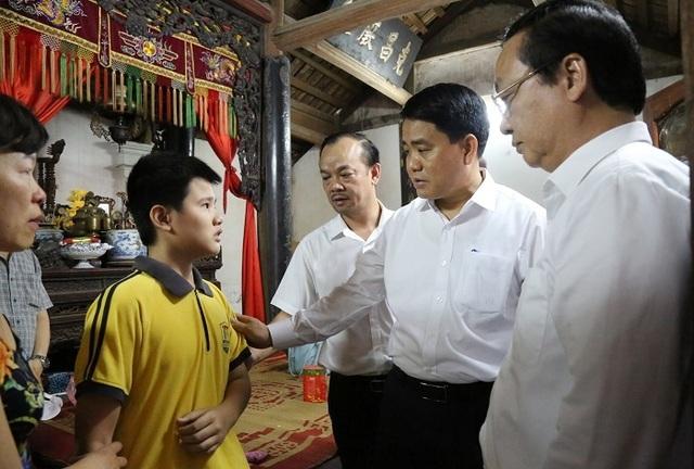 """Chủ tịch Hà Nội thăm gia đình nữ công nhân bị """"xe điên"""" đâm tử vong - 1"""