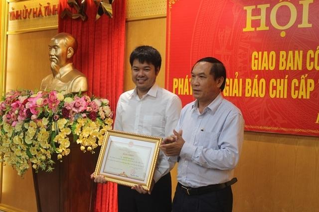 Chủ tịch UBND tỉnh tặng Bằng khen phóng viên báo Dân trí sau nhiều đóng góp hoạt động nhân ái - 1