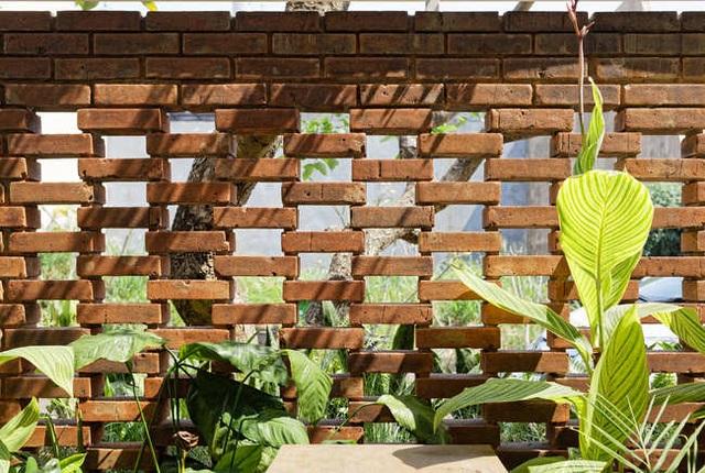 Nhà 2 mặt tiền xây bằng gạch mộc không sơn trát đẹp nổi bật trên báo ngoại - 11