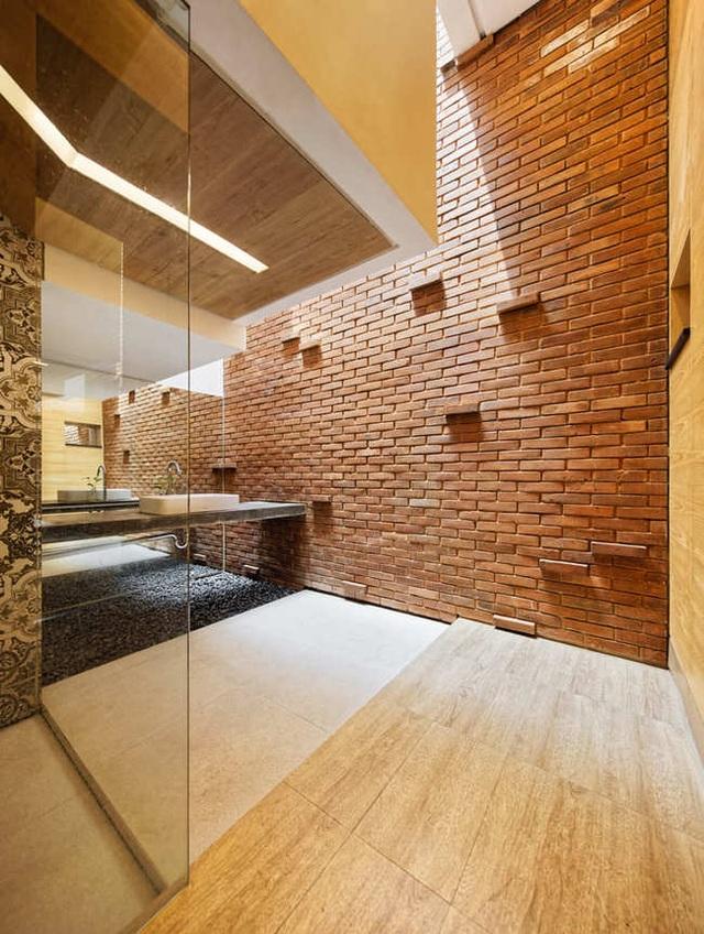 Nhà 2 mặt tiền xây bằng gạch mộc không sơn trát đẹp nổi bật trên báo ngoại - 17