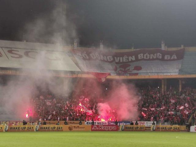 Lẽ nào bóng đá Việt Nam chịu thua pháo sáng?! - 2