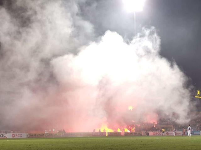 Lẽ nào bóng đá Việt Nam chịu thua pháo sáng?! - 3