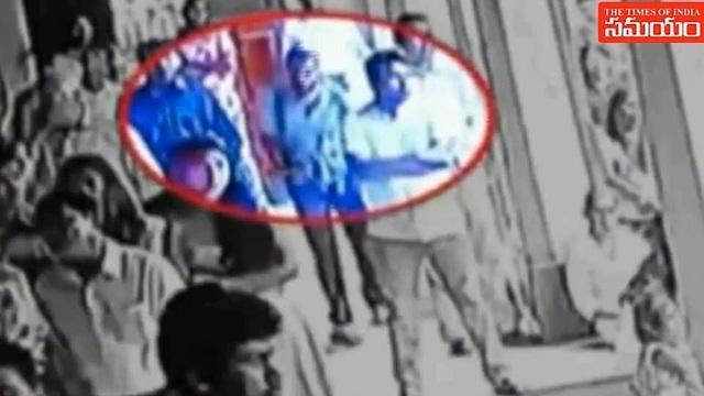 Khoảnh khắc nghi phạm bước vào nhà thờ trước khi đánh bom đẫm máu tại Sri Lanka - 1