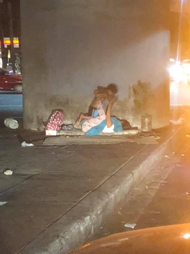 Bức ảnh về hai mẹ con vô gia cư làm lay động trái tim cư dân mạng - 1