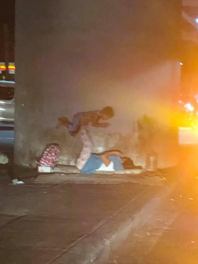 Bức ảnh về hai mẹ con vô gia cư làm lay động trái tim cư dân mạng - 2
