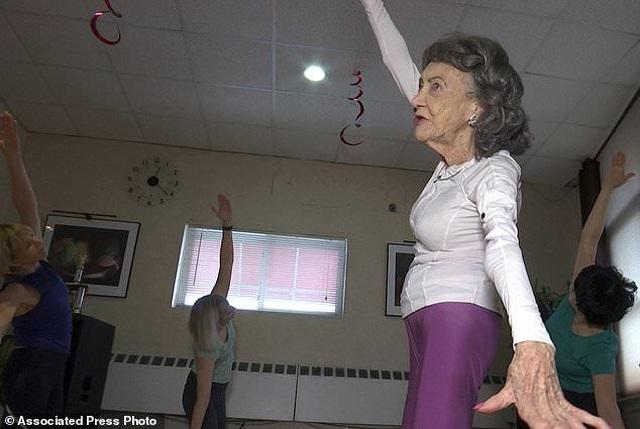 Cụ bà 100 tuổi vẫn đứng lớp dạy yoga - 2