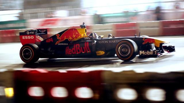Ngồi cùng David Coulthard trong chiếc xe đua F1 biểu diễn tại Hà Nội - 3