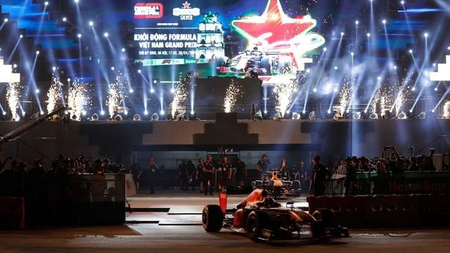 Ngồi cùng David Coulthard trong chiếc xe đua F1 biểu diễn tại Hà Nội - 1