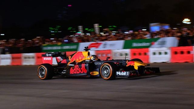 Ngồi cùng David Coulthard trong chiếc xe đua F1 biểu diễn tại Hà Nội - 4