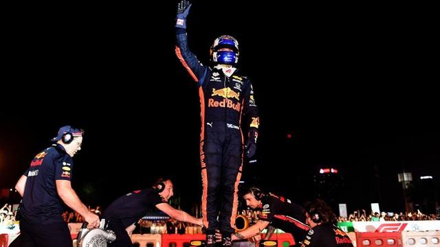 Ngồi cùng David Coulthard trong chiếc xe đua F1 biểu diễn tại Hà Nội - 9