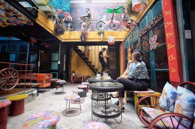 Độc đáo quán cà phê được làm từ... phế liệu ở Hà Nội - 1