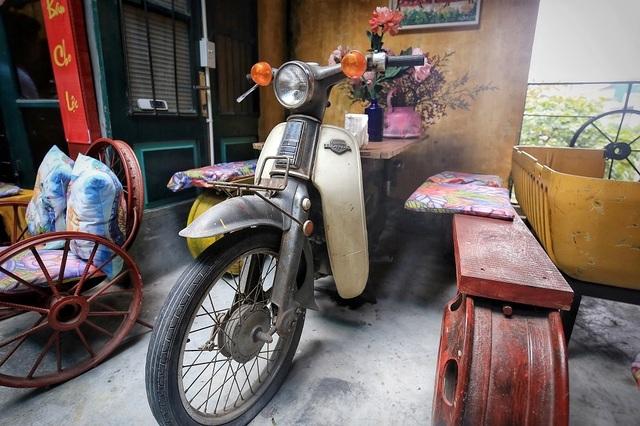 Độc đáo quán cà phê được làm từ... phế liệu ở Hà Nội - 10