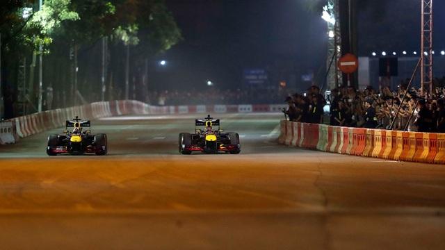 Ngồi cùng David Coulthard trong chiếc xe đua F1 biểu diễn tại Hà Nội - 7