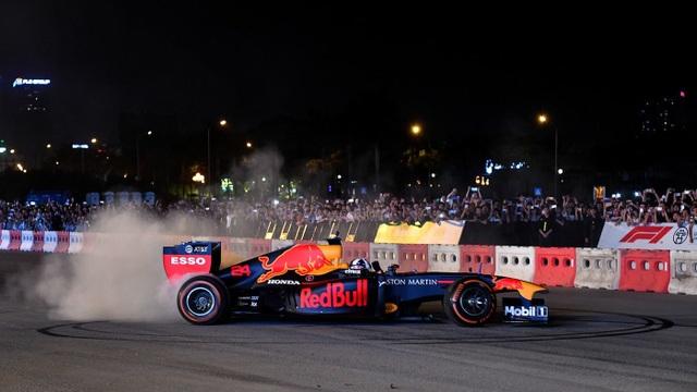 Ngồi cùng David Coulthard trong chiếc xe đua F1 biểu diễn tại Hà Nội - 6