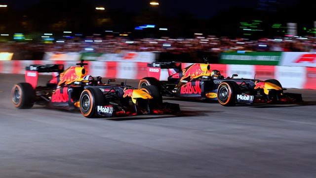 Ngồi cùng David Coulthard trong chiếc xe đua F1 biểu diễn tại Hà Nội - 5
