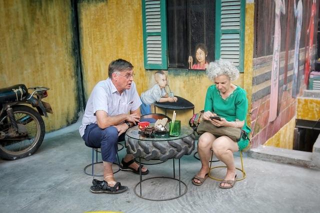 Độc đáo quán cà phê được làm từ... phế liệu ở Hà Nội - 15