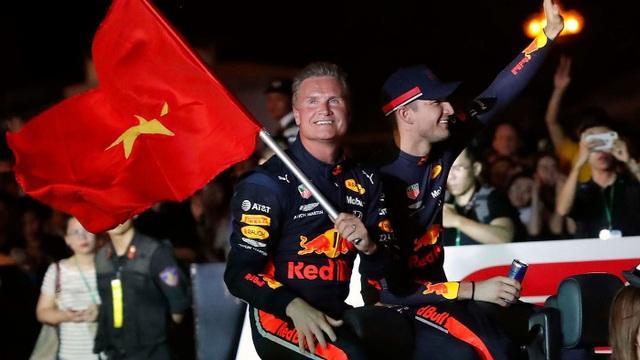 Ngồi cùng David Coulthard trong chiếc xe đua F1 biểu diễn tại Hà Nội - 11
