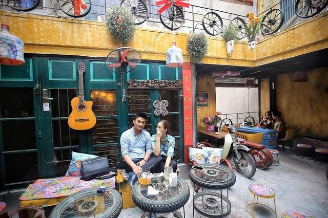 Độc đáo quán cà phê được làm từ... phế liệu ở Hà Nội - 16