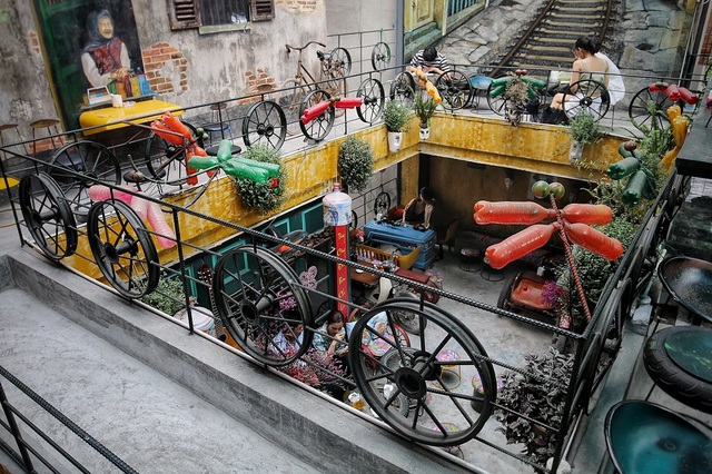 Độc đáo quán cà phê được làm từ... phế liệu ở Hà Nội - 2