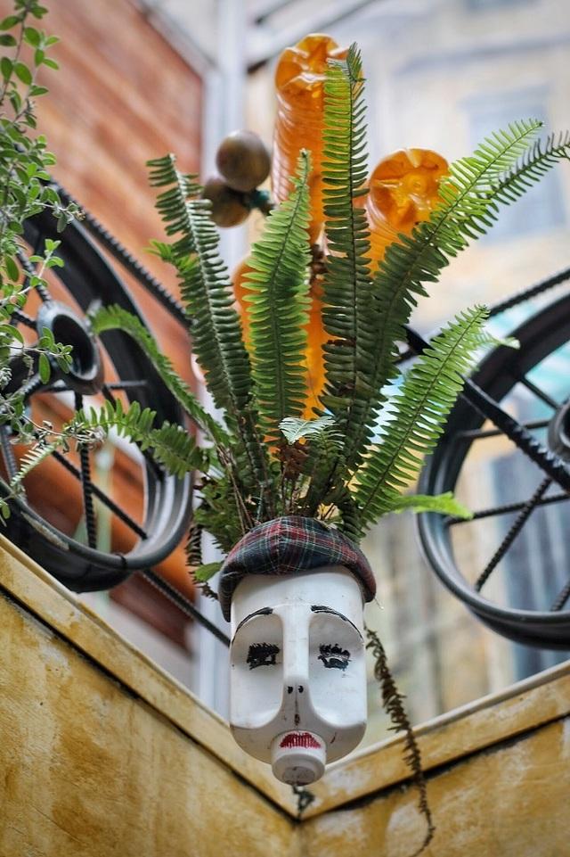 Độc đáo quán cà phê được làm từ... phế liệu ở Hà Nội - 4