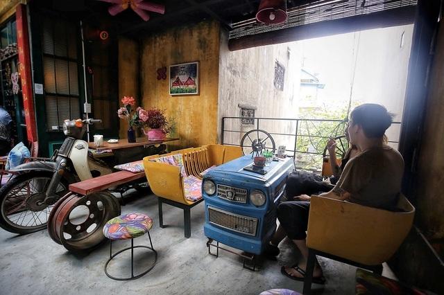 Độc đáo quán cà phê được làm từ... phế liệu ở Hà Nội - 5
