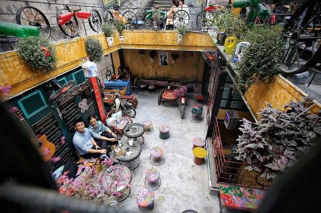 Độc đáo quán cà phê được làm từ... phế liệu ở Hà Nội - 7