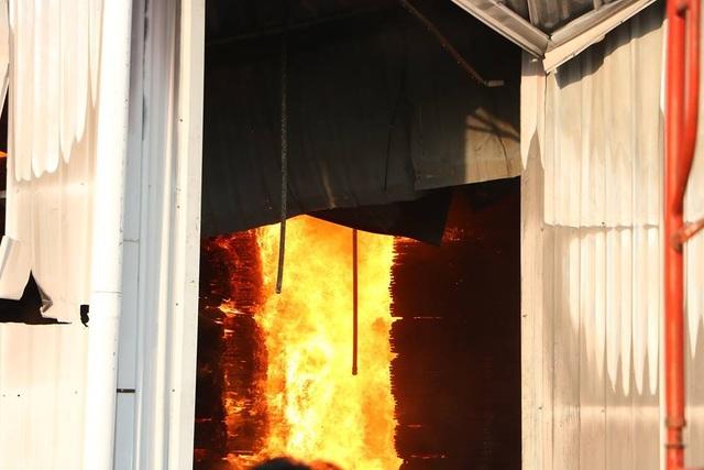 Lửa bao trùm gần 10 tiếng ở nơi từng diễn tập chữa cháy trong 20 phút - 2